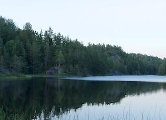 Trolltjørn med Trolltjørnhytta til venstre i bildet.
