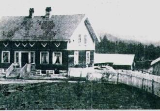 Her ser vi huset på Kurdøla før det ble flyttet. I bakgrunnen ser vi Toke. DEtte huset ble flyttet over på ny grunnmur da Kragerø-banen ble bygget. Bildet har tidligere vært ii bruk i Arven nr. 31 1982 og tilhører Magne Kurdøl